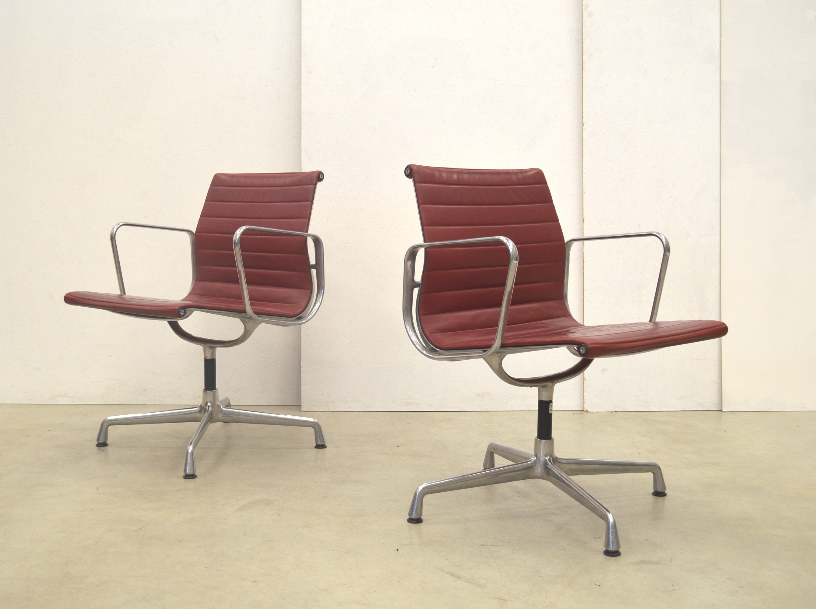 Vitra Chalres Eames : Vitra ea alu chair cherry red by charles eames interior aksel