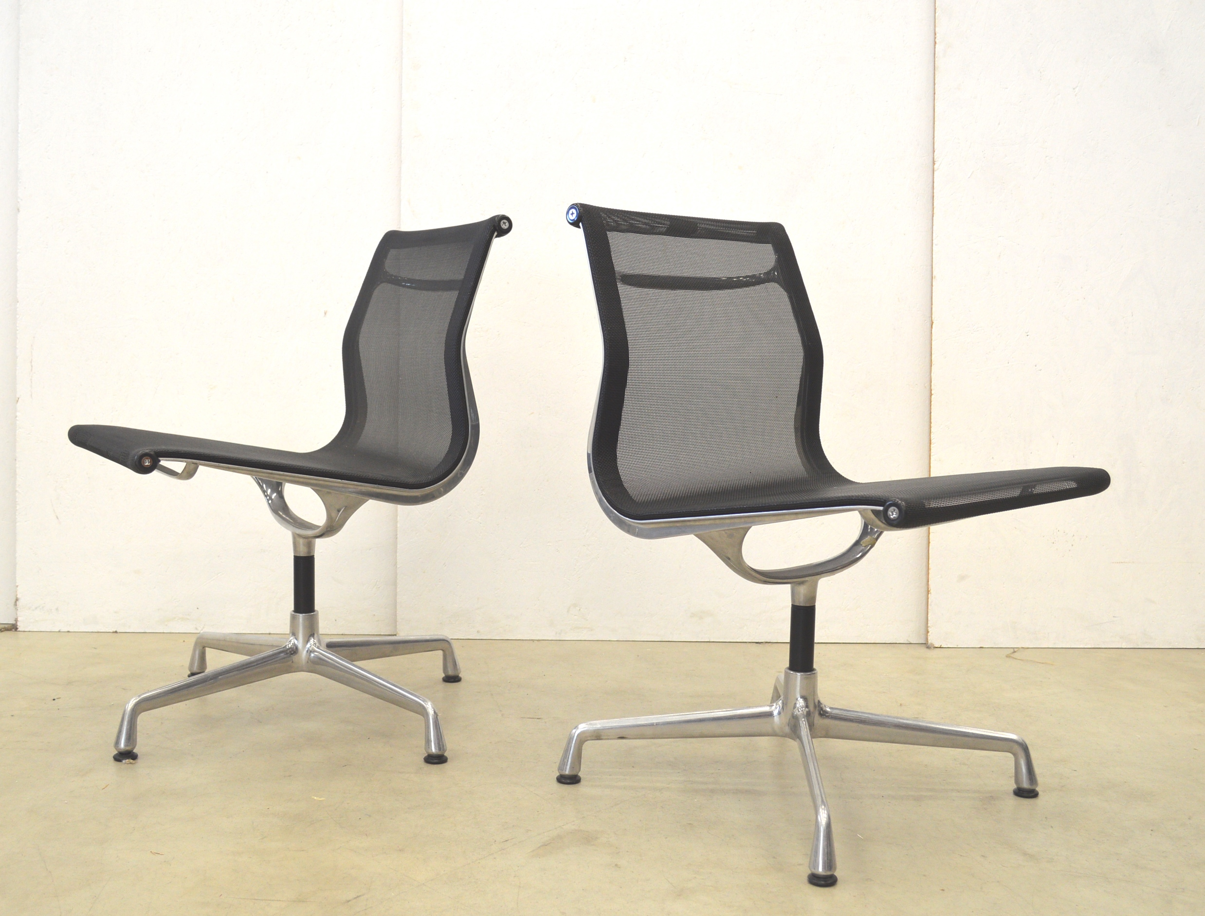 2x vitra ea106 alu chair netz netweave by charles eames. Black Bedroom Furniture Sets. Home Design Ideas