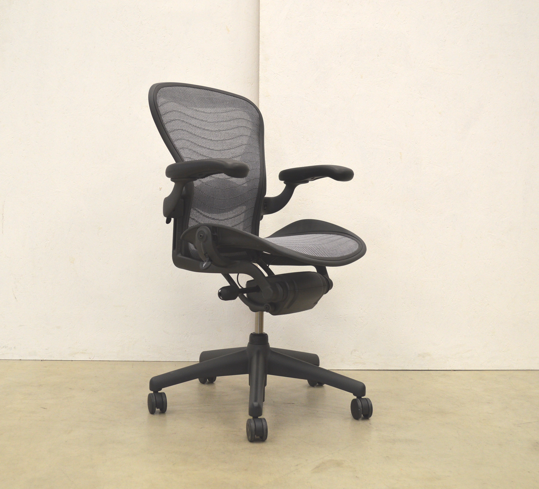 80x Herman Miller Aeron Chair Size B Zinc Graphite 2017 Model
